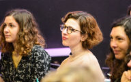 femmes souriant à une conférence