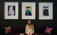 Image d'une célibataire qui attend sur un canapé
