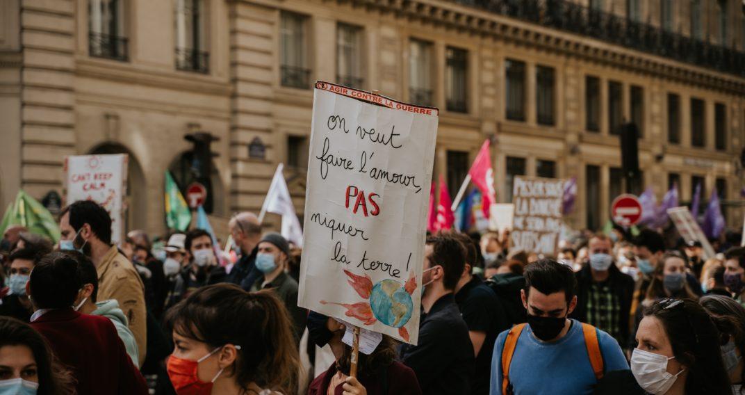 Pour les Français, les responsables politiques, les entreprises, et les citoyens ont tous une responsabilité partagée dans la lutte contre le réchauffement climatique