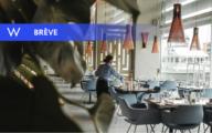 Des saisonniers dressent une table d'un restaurant