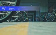 Des vélos dans un parking